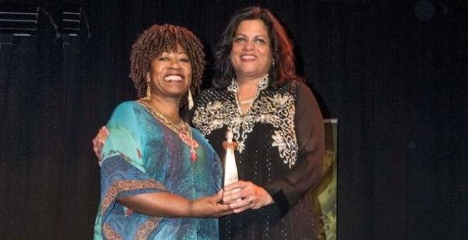 Usha Marhé en Denise Jannah houden samen de award vast. (Foto: Marjan Borsjes)